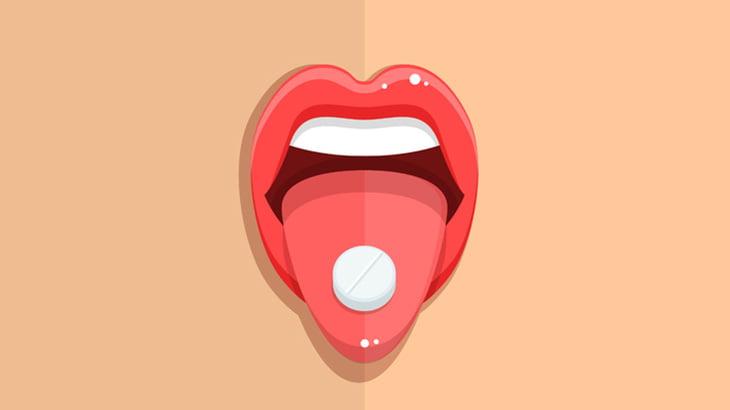 薬を過剰摂取した女の子、泡を吹いて意識朦朧としてしまう(動画)