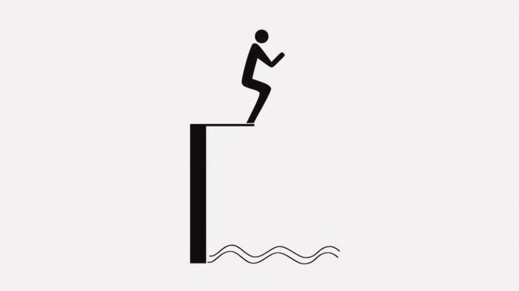 木によじ登って川に飛び込もうとした男、枝が折れて崖に激突(動画)