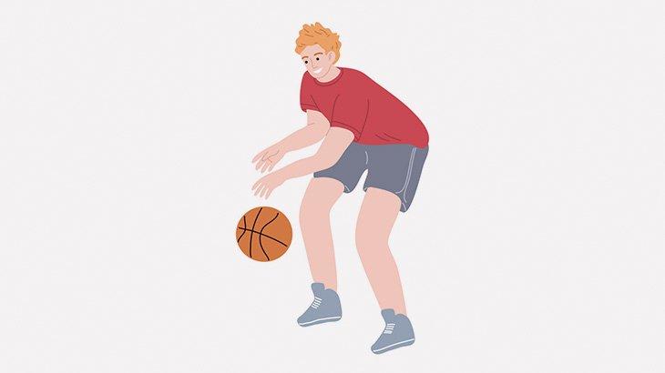 バスケットボールをドリブルしながら歩いていた男、バイクを転倒させてしまう(動画)