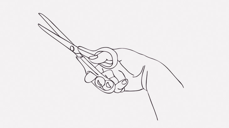 テンション上がって投げたハサミ、自分の足に刺さってしまう(動画)
