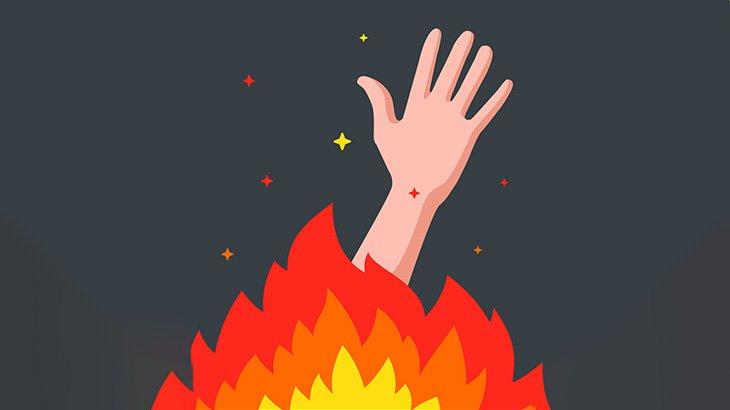 【閲覧注意】焼け焦げた人間の首をナイフで切って足蹴りする男(動画)