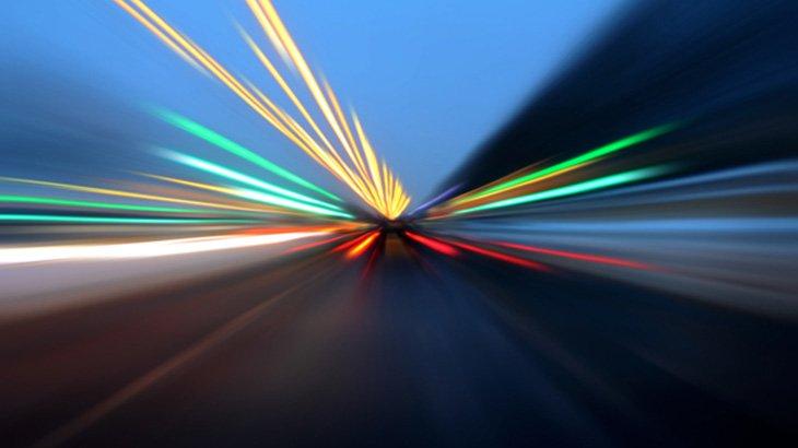 猛スピードの車、2台のバイクをボーリングみたいにはねてしまう(動画)