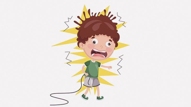 電線に触れてしまった男の子、感電死・・・(動画)