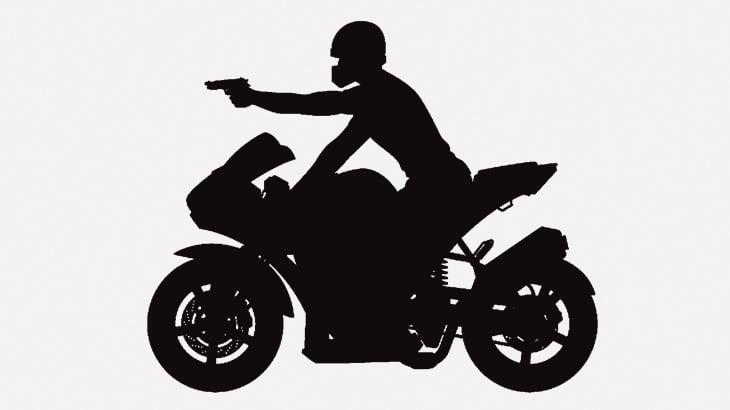 後続バイクに銃を突きつけられる → スピード出して逃げ切る(動画)