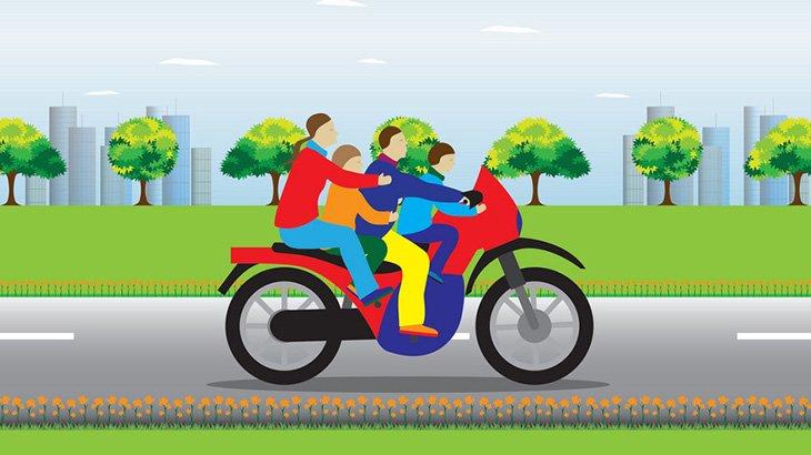 バイクで転倒した男、トラクターのタイヤで頭を踏まれるも無事(動画)