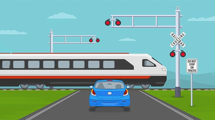 めちゃくちゃ長い何かを運んでいたトラック、踏切で立ち往生して列車に轢かれてしまう(動画)