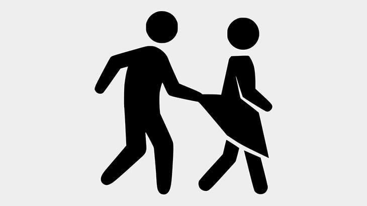 通りを歩いていた女性、見知らぬ男にいきなり手マンされてしまう(動画)
