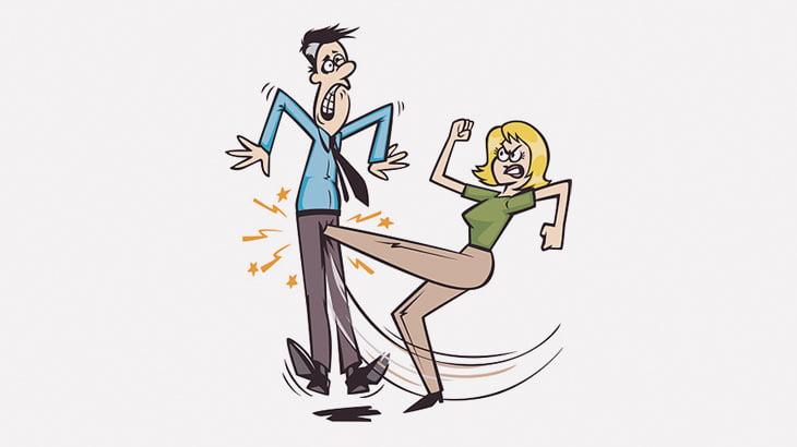 女性にチンチンを蹴られて悶絶する2人の男(動画)
