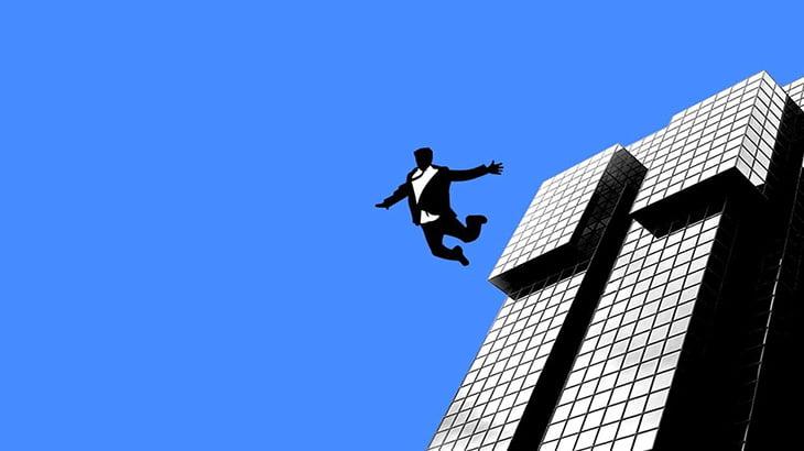ホテルの屋上から飛び降りて死亡した日本人男性(動画)
